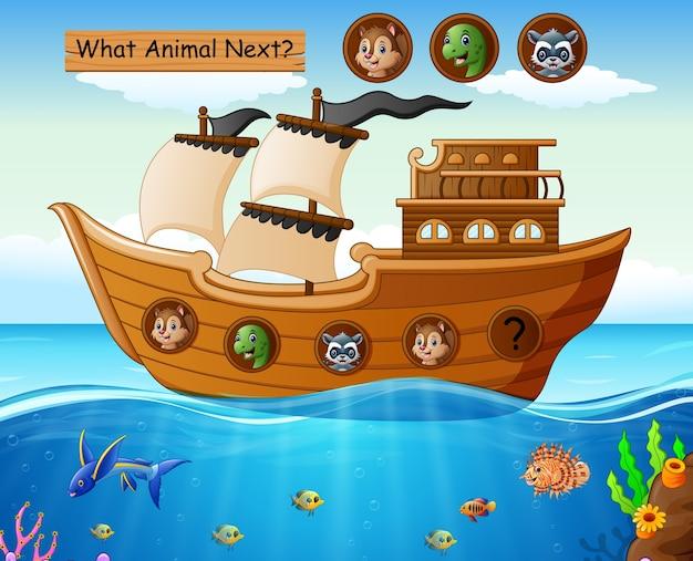 Barco de madera navegando con temática animal.