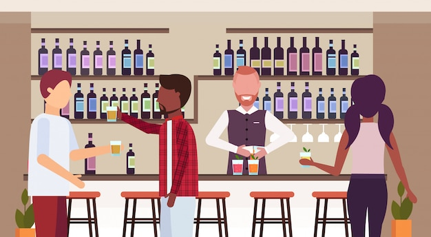 Barman en uniforme vertiendo bebida en vasos barman haciendo cócteles y sirviendo clientes de raza mixta hablando bebiendo alcohol en el bar mostrador moderno restaurante interior plano horizontal