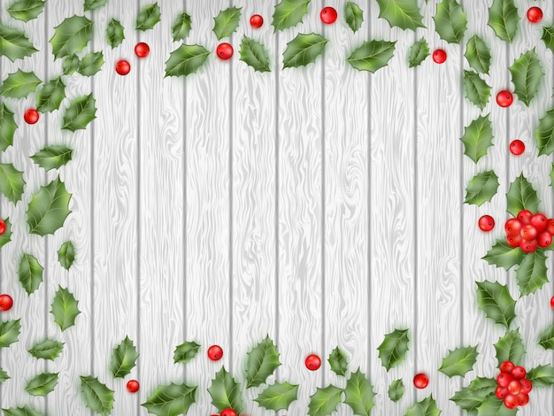 Bayas rojas de acebo sobre fondo de madera clara.