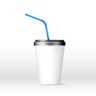 Beba vaso de papel con pajita azul sobre fondo blanco.