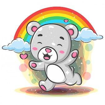 Bebé gracioso oso corriendo con fondo de arco iris