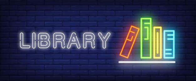 Biblioteca de neón de texto y libros en estantería.