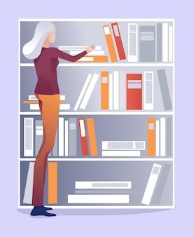Bibliotecaria anciana pone los libros en el estante en orden