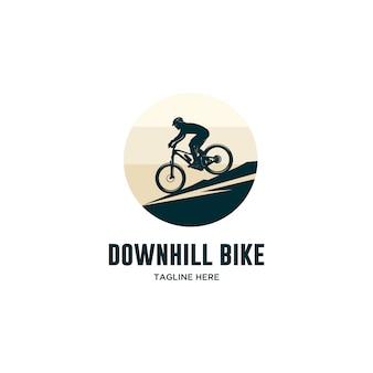 Bicicleta de bajada con logo de casco.
