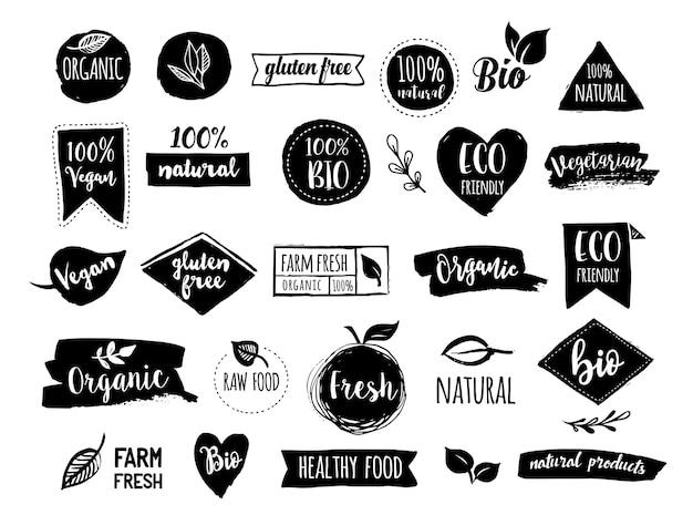 Bio, ecología, logotipos orgánicos, etiquetas, etiquetas. insignias de bio alimentos saludables dibujados a mano, conjunto de signos de alimentos crudos, veganos, saludables, orgánicos y conjunto de elementos