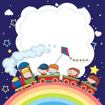 En blanco con niños en tren de juguete y arco iris en el cielo sobre fondo azul oscuro