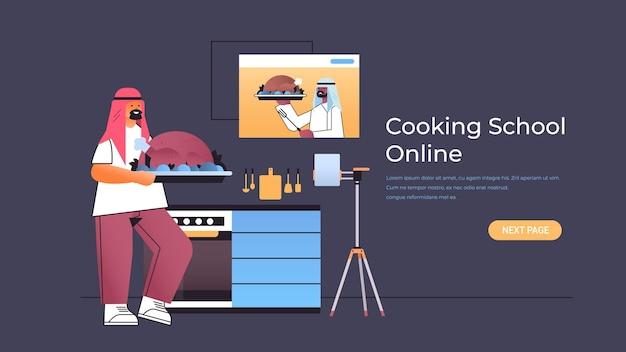 Blogger de comida árabe preparando pavo y viendo un video tutorial