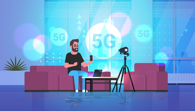 Blogger grabando video en cámara 5g concepto de conexión de sistemas inalámbricos de red en línea