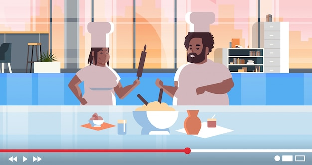 Bloggers de comida grabando video en línea
