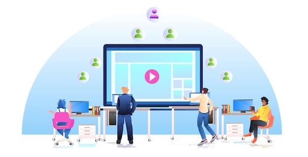 Bloggers creando clip mix race personas viendo contenido de video en la pantalla concepto de red de medios sociales horizontal ilustración de longitud completa
