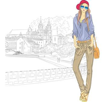 Boceto de una chica elegante de moda en jeans, chaqueta, gorra con gafas y bolso en la ciudad vieja, trinity suburb, minsk, bielorrusia