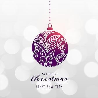 Bola decorativa de la navidad en fondo del bokeh
