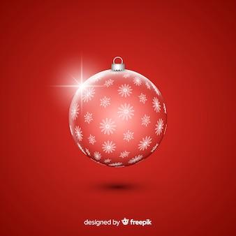 Bola de navidad de cristal sobre fondo rojo.