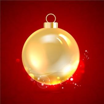 Bola de navidad dorada aislada en rojo.