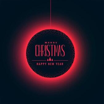 Bola de navidad roja brillante sobre fondo oscuro