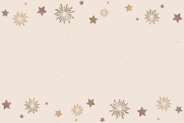 Bola de oro de año nuevo y fuegos artificiales sobre fondo beige