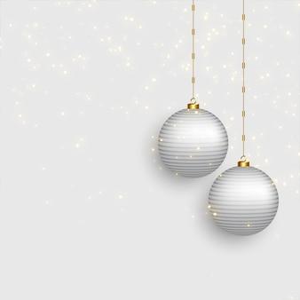 Bolas hermosas de la navidad en fondo nevoso