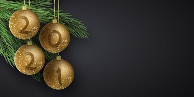 Bolas de navidad brillantes doradas con números de año nuevo y abeto. cepillo de grunge.