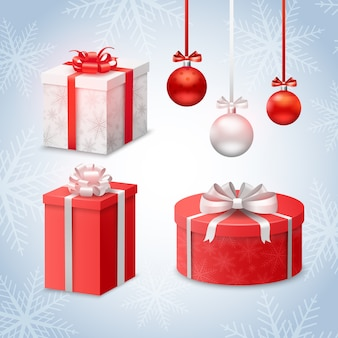 Bolas de navidad y cajas de regalo en el fondo de los copos de nieve