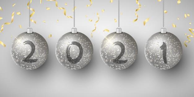 Bolas de navidad colgantes brillantes de plata con números de año nuevo.