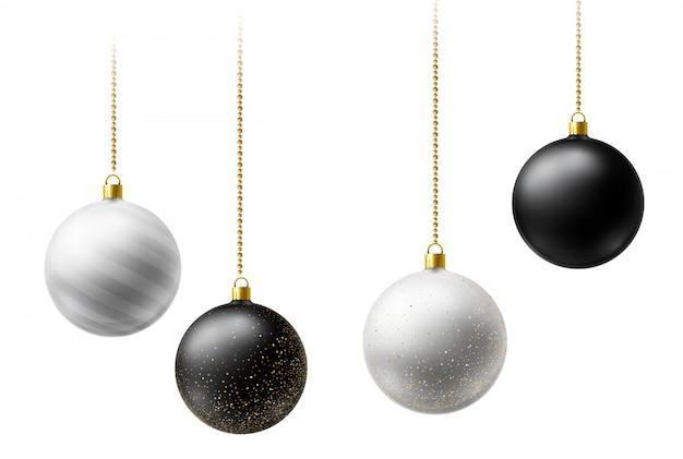 Bolas de navidad realistas en blanco y negro colgando de cadenas de cuentas de oro sobre fondo blanco.