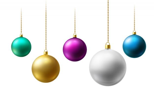 Bolas de navidad realistas colgando de cadenas de perlas de oro sobre fondo blanco.