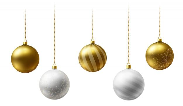 Bolas de navidad realistas de oro y blanco colgando de cadenas de cuentas de oro sobre fondo blanco.