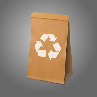 Bolsa de embalaje de papel realista artesanal en blanco con letrero de reciclaje y lugar para su marca.