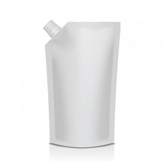 Bolsa de plástico doypack blanca en blanco con boquilla. embalaje flexible para comida o bebida.