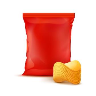Bolsa de plástico sellada vertical roja para el diseño del paquete con pila de papas fritas crujientes de cerca aislado en el fondo