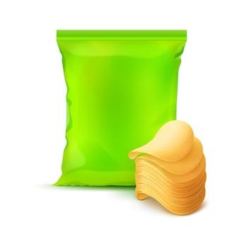 Bolsa de plástico sellada verticalmente de color verde claro para el diseño del paquete con pila de papas fritas crujientes de cerca aislado en el fondo