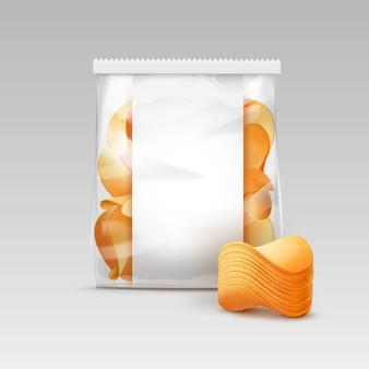 Bolsa de plástico transparente blanca sellada vertical para el diseño del paquete con pila de papas fritas crujientes de cerca aislado sobre fondo blanco.