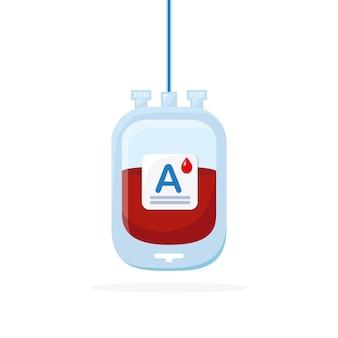 Bolsa de sangre con gota roja aislada sobre fondo blanco.