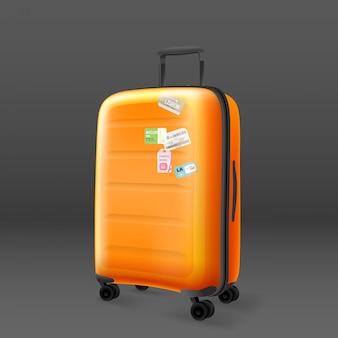 Bolsa de viaje naranja sobre fondo gris
