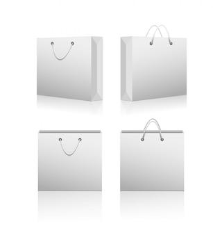 Bolsas en blanco de compras de papel.