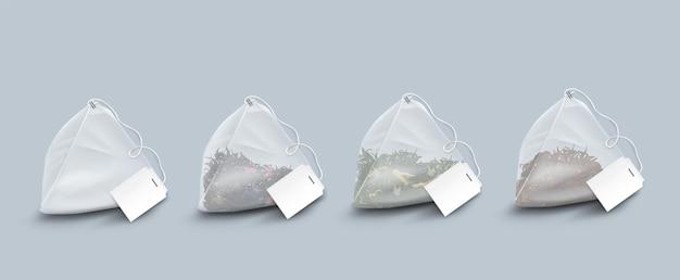 Bolsitas de té en forma de pirámide con hojas y hierbas.