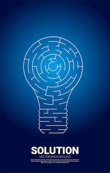 Bombilla con juego de laberinto. concepto de negocio para la resolución de problemas y la búsqueda de ideas.