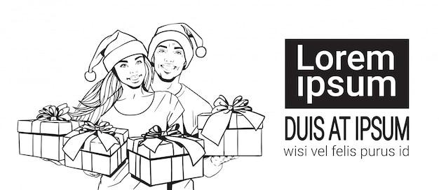 Bosquejo pareja con los sombreros de papá noel mantenga los regalos hombre y mujer dibujados a mano sobre fondo blanco con copia