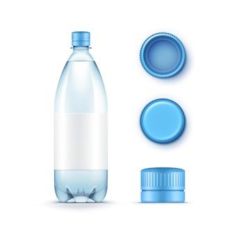 Botella de agua azul de plástico en blanco con un conjunto de tapas sobre fondo blanco.