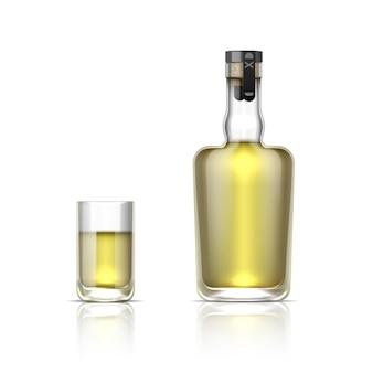 Botella de alcohol realista. disparo de vidrio 3d con tequila o ron dorado, maqueta de bebida alcohólica