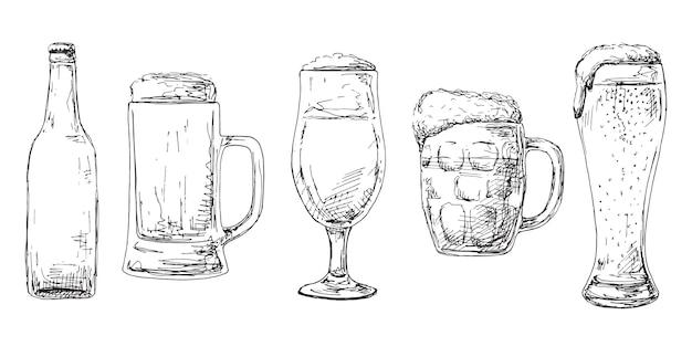Botella de cerveza, diferentes vasos y jarras de cerveza.