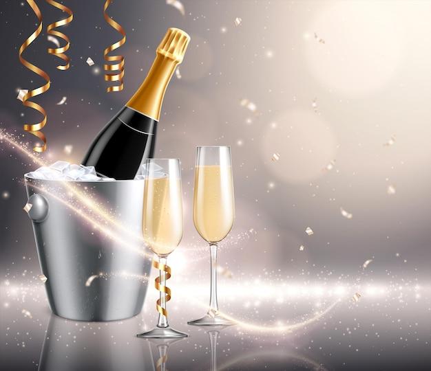 Botella de champán en cubo de hielo con copa de champán y serpentinas de oro