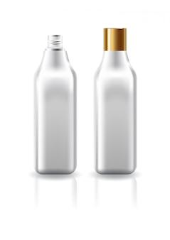 Botella cosmética cuadrada clara en blanco con tapa de tornillo de oro liso para plantilla de producto de belleza.