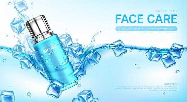 Botella de cosméticos para el cuidado facial en agua con cubitos de hielo