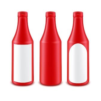 Botella de ketchup de tomate rojo de plástico en blanco para marcar con etiqueta blanca aislada