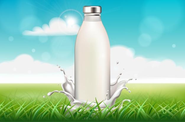 Botella de leche rodeada de salpicaduras sobre fondo de hierba