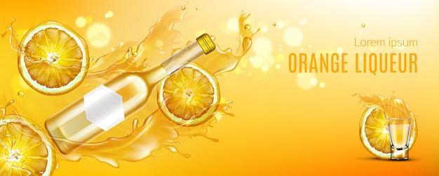 Botella de licor de naranja, vaso de chupito y rodajas de fruta