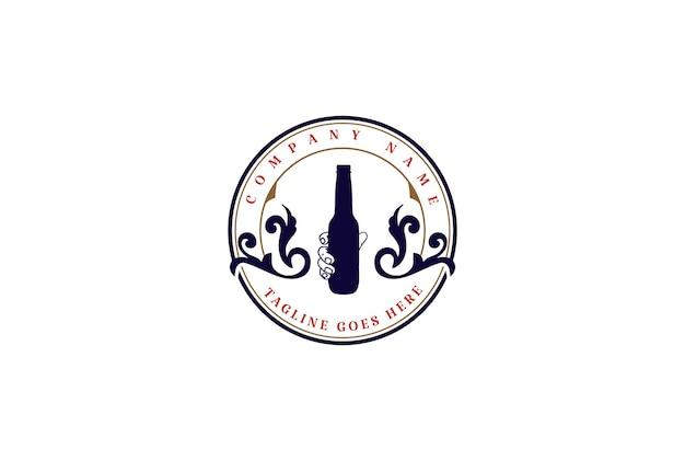 Botella de mano retro vintage para whisky, vino, cerveza, insignia, emblema, etiqueta, logotipo, diseño, vector