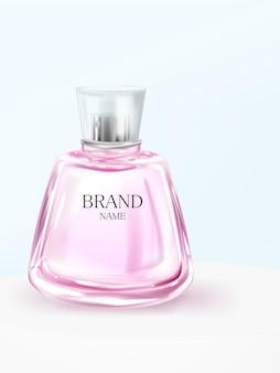 Botella de perfume rosa en el podio sobre un fondo azul.