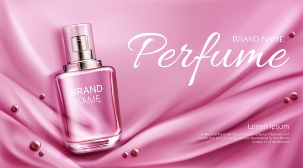 Botella de perfume en tela de seda doblada con perlas. frasco de vidrio con diseño de empaque de fragancia rosa. producto cosmético de aroma femenino, plantilla de banner publicitario promocional
